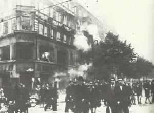 Berliner gehen nach einem RAF-Nachtangriff zur Arbeit.