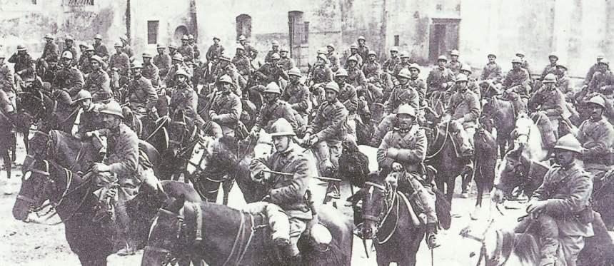 Italienische Kavallerie rückt in Trient ein