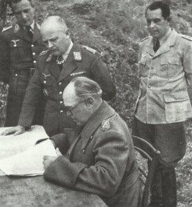 Generalfeldmarschall Kesselring bei einer Besprechung