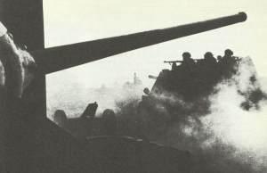 SU-76 Selbstfahrlafetten überquert die alte polnische Vorkriegsgrenze
