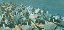 Überfülltes Flugdeck eines US-Trägers Ende 1943