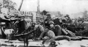 Soldaten der 'GD' beim Angriff