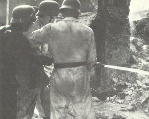 Soldaten der Luftwaffe im Einsatz als Feuerwehrleute