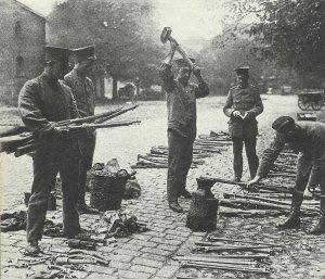 Militär-Gewehre werden in Deutschland zerschlagen