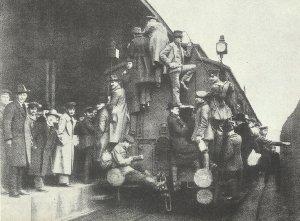 überfüllte Eisenbahnzüge