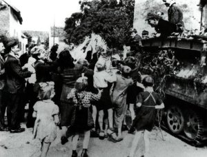 Jugendlichen der JH-Division in ihrem SdKfz 251/7