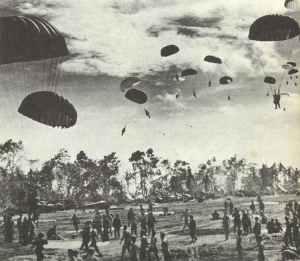 Amerikanische Fallschirmtruppen landen auf der Insel Numfoor.
