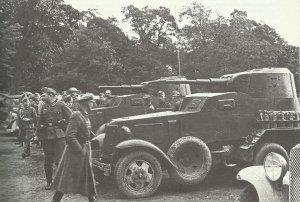 deutsche Soldaten besichtigen russische Panzerwagen 1939