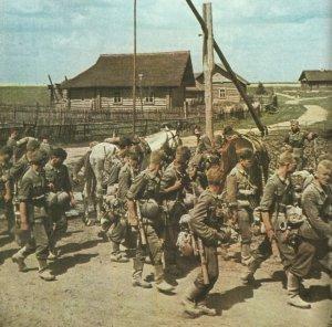 Deutsche Infanterie auf dem Vormarsch in Russland