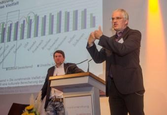 Moderator Alexander Yendell (links) und Gert Pickel, Universität Leipzig beim Eröffnungsvortrag