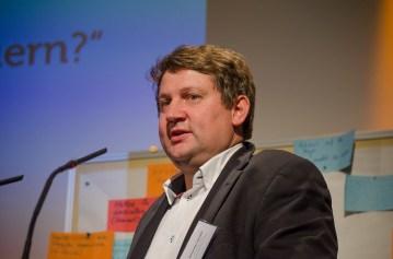 Moderator Alexander Yendell erläutert die Ergebnisse der Diskussionsgruppe II