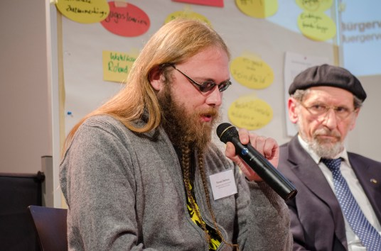 Florian Illerhaus, Netzwerk gegen Islamfeindlichkeit und Rassismus Leipzig bei der Podiumsdiskussion