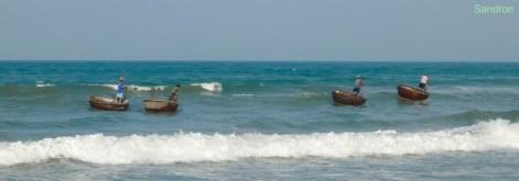 Nussschalenboot in the waves