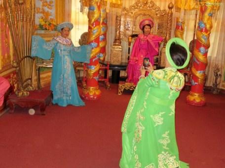 Gegen Bezahlung kann man die Klamotten anziehen und ein Bild machen -die chinesischen Touristen lieben es!