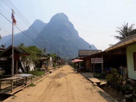 Die Hauptstraße von Muang Ngoi