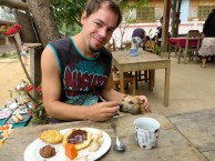 Aron teilt sein Frühstück
