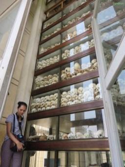 In der Gedenkstupa werden mehr als 8000 Schädel aufbewahrt, die hier ausgegraben wurden.