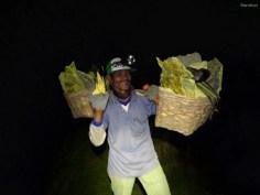 Die Mienenarbeiter tragen ihre Kostbare Fracht den ganzen Weg auf den Schultern. So werden bis zu 4 Tonnen täglich transportiert!