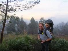 FX ist mit Lucy auf dem Rücken auf den Vulkan hinaufgestiegen.