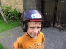 Loïc ist sich nicht sicher, ob er den Helm so toll findet :-)
