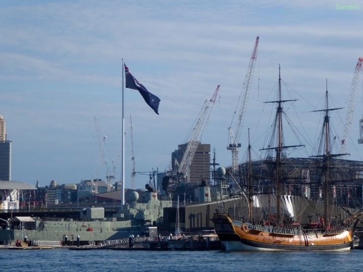 Im Hafen gibt es alle möglichen Schiffe