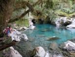 Ein hübscher Pool hinter dem Wasserfall