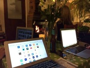 Gemütlicher Abend mit gutem Wifi und Kaminfeuer im Hostel Frankenstein