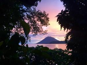 Sonnenuntergang auf Bunaken: Blick auf den Vulkan auf Manado Tua
