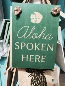 "Schild ""Aloha spoken here"""