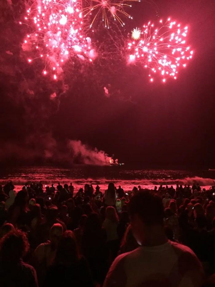 """Das Katy-Perry-Konzert schließt mit dem Lied """"Fireworks"""" und einem Feuerwerk über dem Meer spektakulär ab."""
