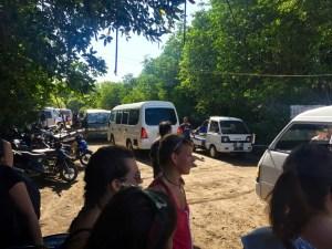Das reinste Verkehrschaos am Hafen vom Menjangan Nationalpark. Dutzende Minibusse rangieren wild auf engstem Raum hin und her.