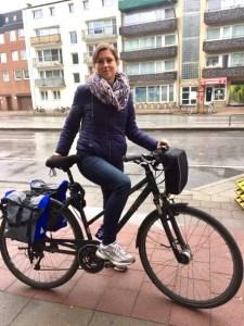Claudia mit Fahrrad Start Elbe-Radtour