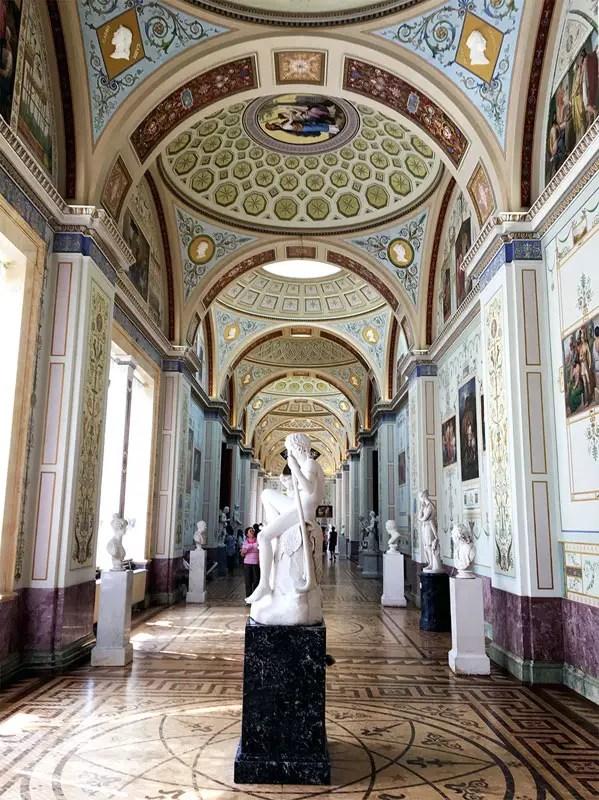 St.-Petersburg-Eremitage-Innen-Living-UpsideDown