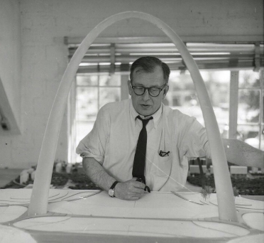 Eero_Saarinen_with_Gateway_Arch_Model