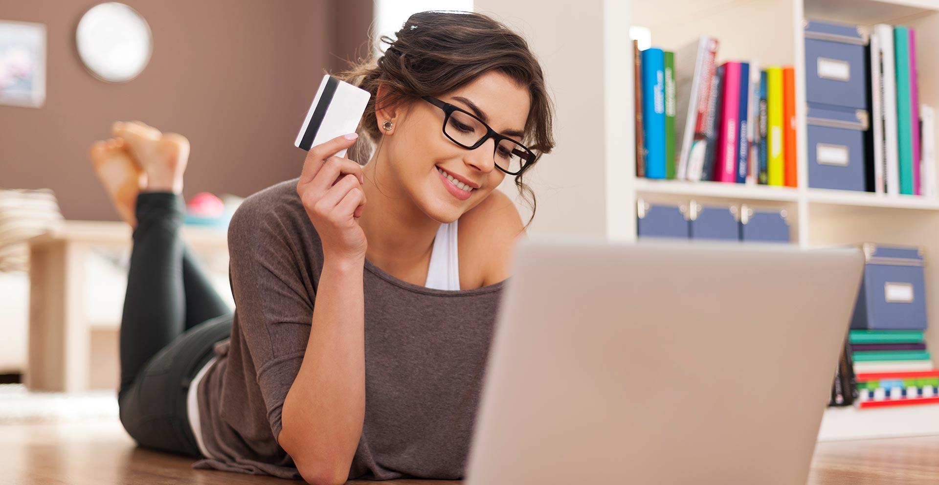 chica sacando un credito online en el acto