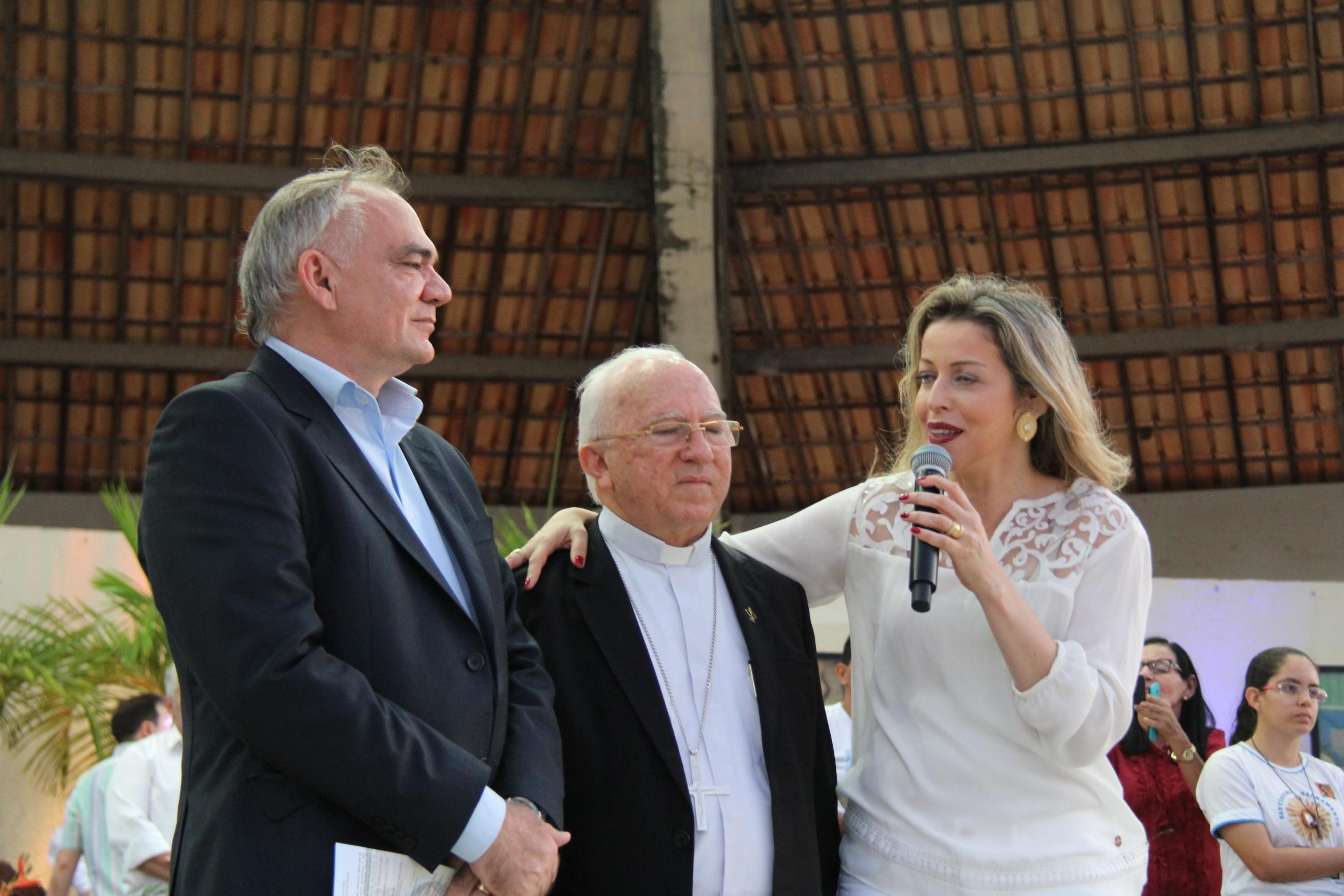 Em show, Adriana Arydes parabeniza prefeito pelo apoio à celebração dos Mártires