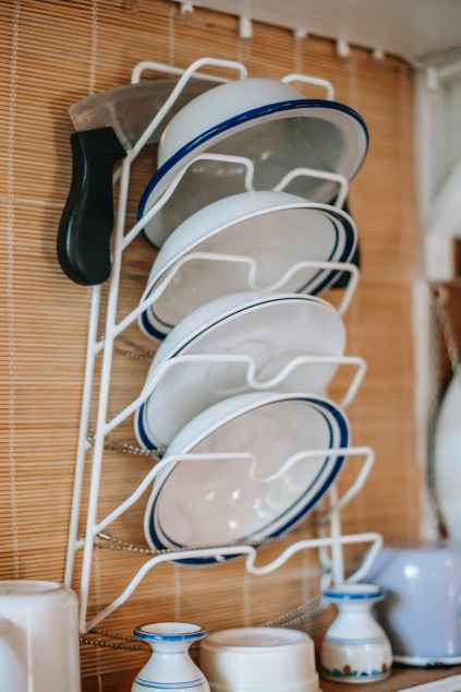 wall plate rack with ceramic plates