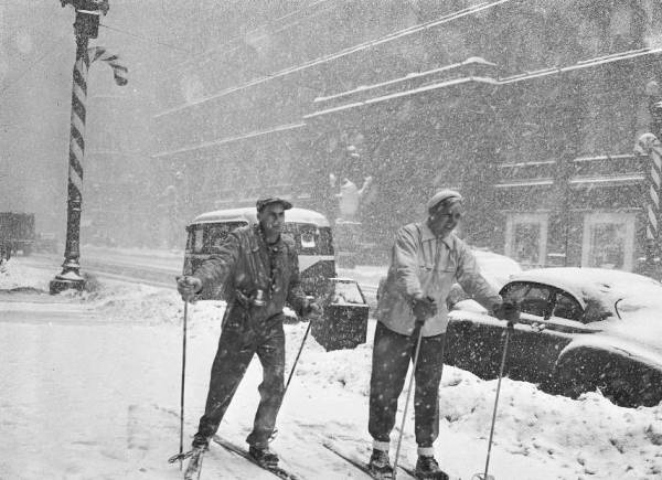 photo-chicago-state-street-couple-skiing-in-snow-1950