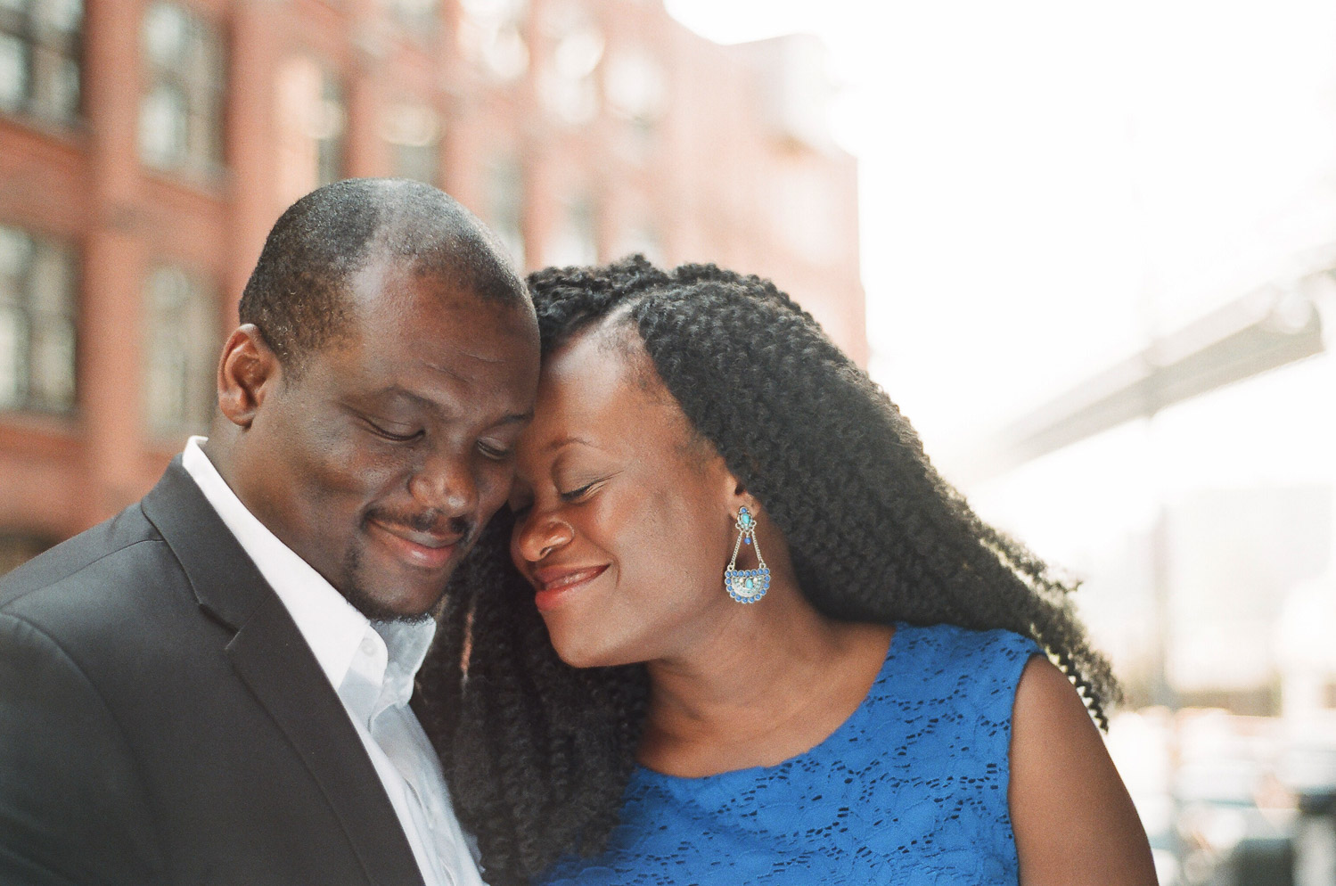 engagement portrait outfit idea of couple snuggling in DUMBO by Wendy g photography