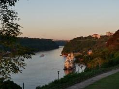 Der Fluss bildet eine natürliche Grenze.