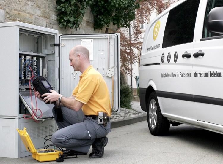 Messung der Internet-, Telefon- und Fernseh-Signale am Verstärkerkasten zur Qualitätssicherung