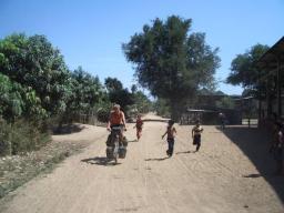 Onderweg ontmoeten we veel vrolijke kinderen die met ons mee rennen