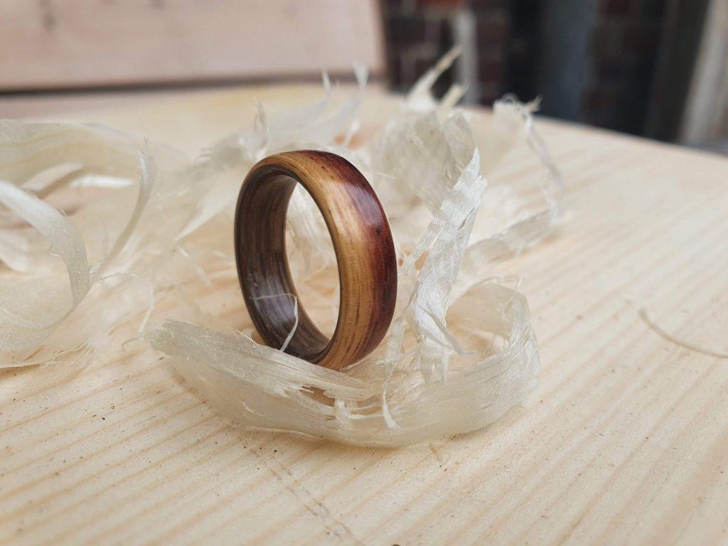Holzring aus Teak und Mooreiche
