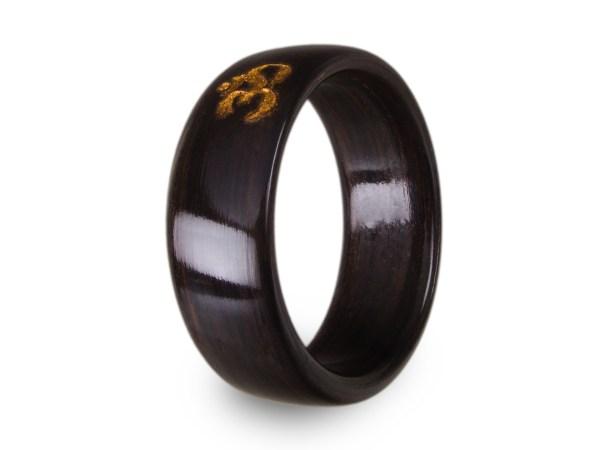 Ring aus Mooreiche mit Gravur und Inlay