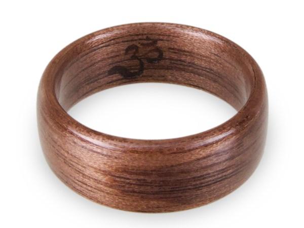 Holzring aus Walnuss mit Gravur