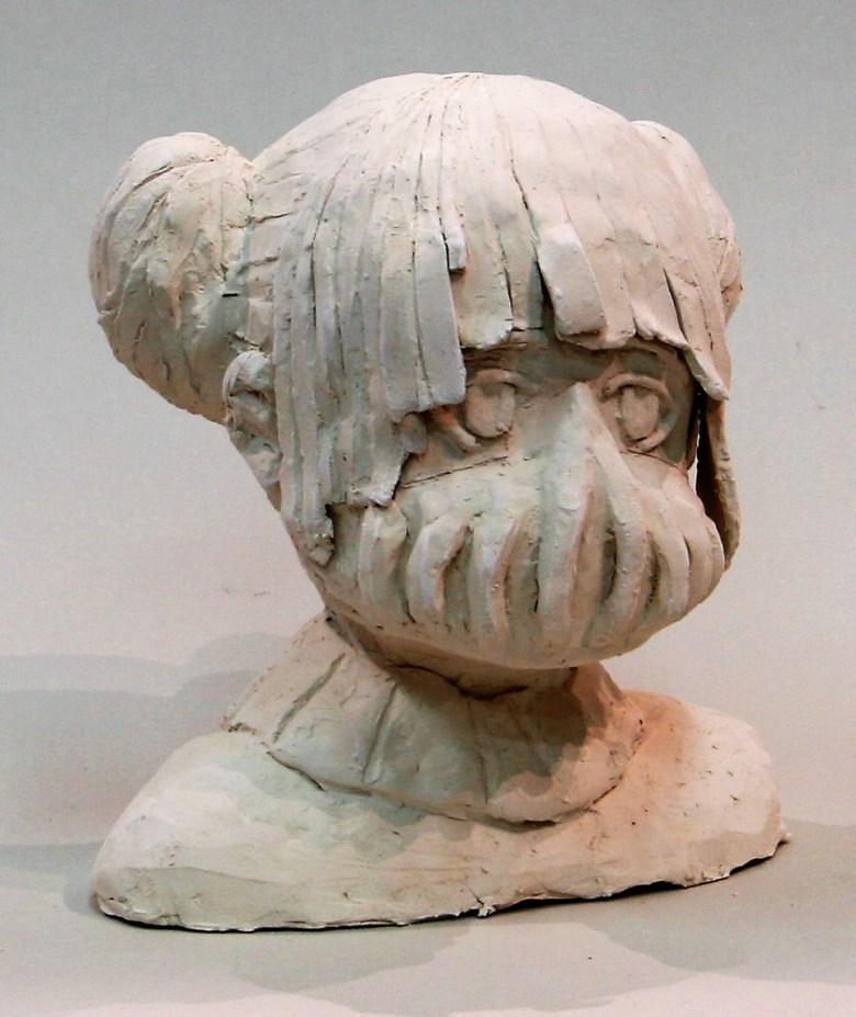 Tête en terre cuite réalisée par une élève du cours de sculpture enfants, c'est un personnage de manga