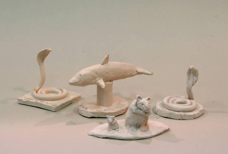 ensemble de petites sculptures en terre cuite réalisées par des enfants du cours de sculpture enfants.