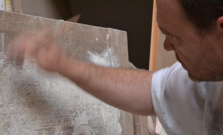Guillaume Werle travaille sur une des sculpture de la sérien Empreintes-Enveloppes