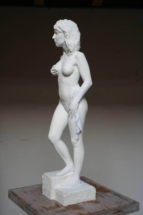 Sculpture en platre réalisée d'après modèle vivant par Guillaume Werle. Elle représente une femme debout la main droite sur la anche et la main gauche sur son sein