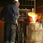 Photo de la coulée du bronze en vu de la fabrication de l'hommage de l'artiste Guillaume Werle à Michel Colucci, A Coluche.